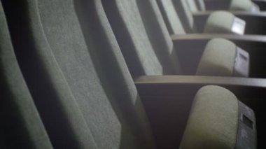 Closeup dvě řady měkké židle v kinosále Empty