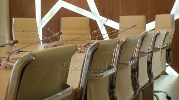 Panorama z koženého křesla na mikrofon stolní konferenční sál
