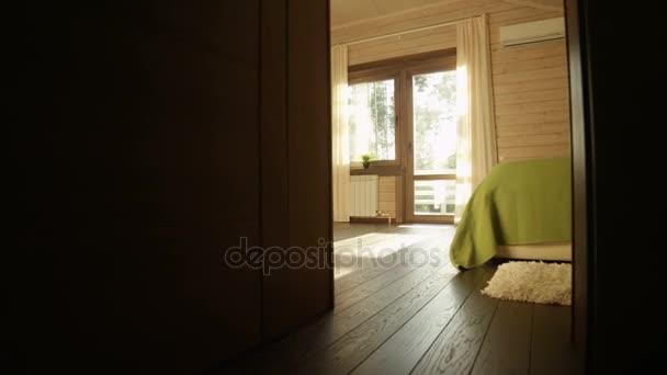 ložnice s širokým oknem a prosluněné terase