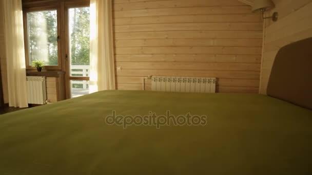 lehké ložnici v dřevěné chatě