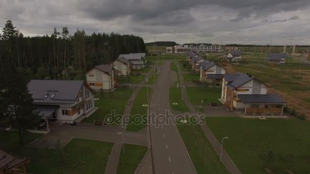 klidná ulice s domy vesnice