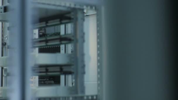 na panelech v průmyslové skříni spínací prvky