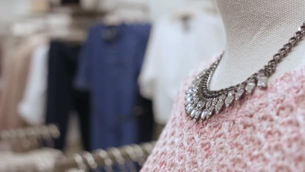 Figurína v růžových šatech a náhrdelník