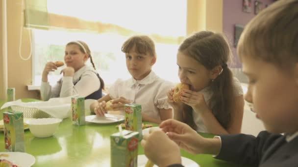 školní děti jíst oběd v menze