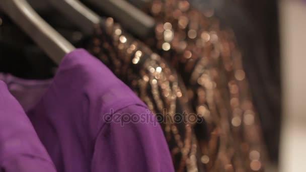 závěsy s koktejlové šaty v módní obchod