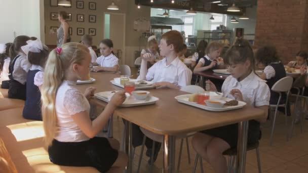 tanulók iskolai menza vacsora eszik