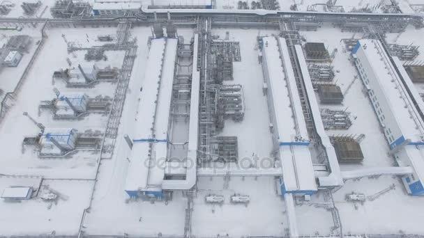 výrobní tovární dvůr s kovovou konstrukcí
