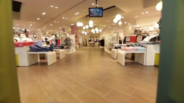 lidé v obchodě módy s novým oblečením