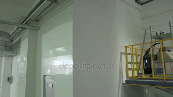 pracovník stojící v dílně čerpací stanice