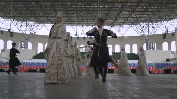 taneční soubor Ingušsku tančí v hale