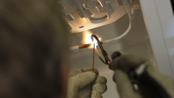 Relativ Schweißer beim Löten Metall Kühlschrank Rohre — Stockvideo JW08
