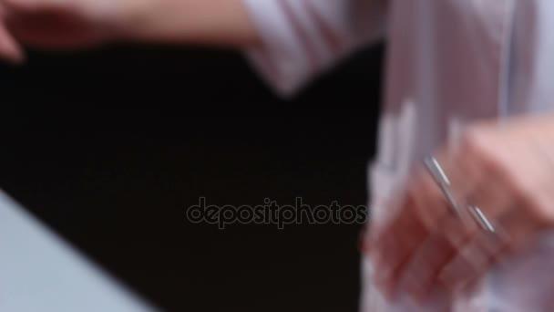 žena ruce s ohledem kompaktních kontejner