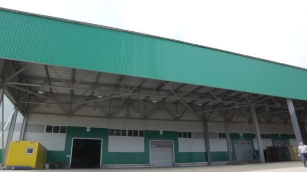Lagerhalle Mit Rampe Und Grunen Dach Stockvideo C Oki Oki 160605860