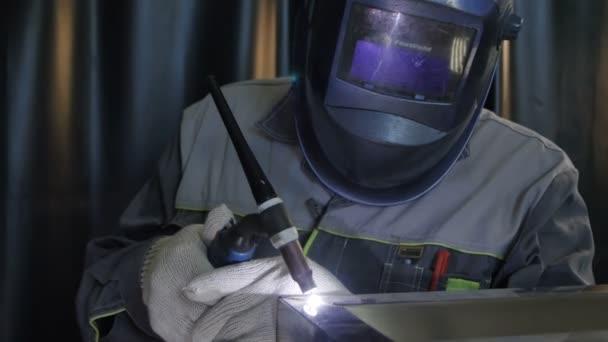 Kazaň, Tatarstán/Rusko - 11 května 2016: Kamera přesune do svářeč v ochranný oblek a maska pracuje s moderní nástroj na kovové konstrukce 11. května v Kazani