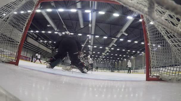 Kazaň, Tatarstán/Rusko - září 2016 12: zpomalené zadní pohled profesionální brankář se snaží chytit PUK a hokejový hráč skóre cíl na 12 září v Kazani