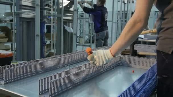 Kazaň, Tatarstán/Rusko - prosinec 20 2016: Detailní profesionální zaměstnance drží nástroj a kladiv spojovacích prostředků do části rozvaděče v dílně na 20 prosinec v Kazani