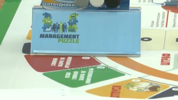 Kazaň, Tatarstán/Rusko - 29 Srpen 2017: Detailní kamera se pohybuje podél papírové puzzle zobrazující pracovní motivace na velký stůl s karetní hra v srpnu 29 v Kazani
