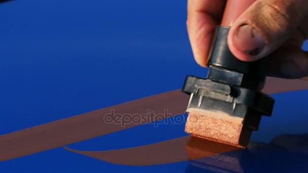Closeup příslušné barvy modré auto kapoty s abstraktní vzory k transformaci automobilového vzhled