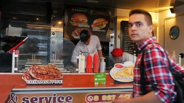 Kazaň, Tatarstán/Rusko - 27 října 2017: Kamera pohybuje rychle do bodu pěkné rychlé občerstvení s jídlem čerstvé chutné hamburgery a klienti čekat na objednávku na 27 října v Kazani