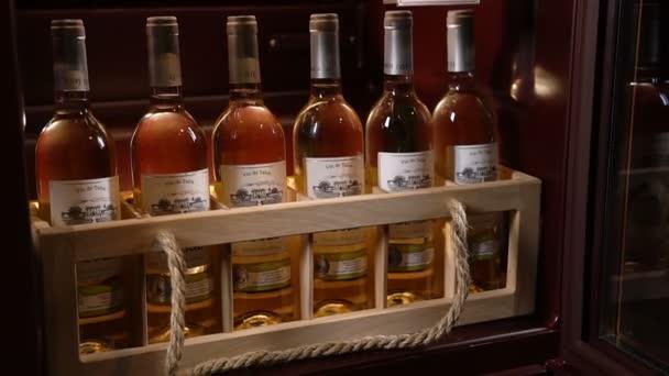 Kazan, Tatárföld/Oroszország - október 25 2017: Vértes kamera mozog modern kabinet bor gyűjtemény tárolására október 25-én a Kazan ideális feltételeket biztosít