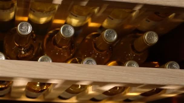 Kazan, Tatarstan, Oroszország - 2017. október 25.: Vértes hűtőszekrény legjobb feltételeket biztosít a bor tárolására optimális hőmérséklet fenntartása