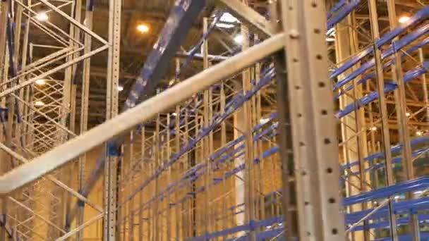 Vértes kamera mozog az áruk tárolási gyártók importőrök exportőrök által használt kereskedelmi épület