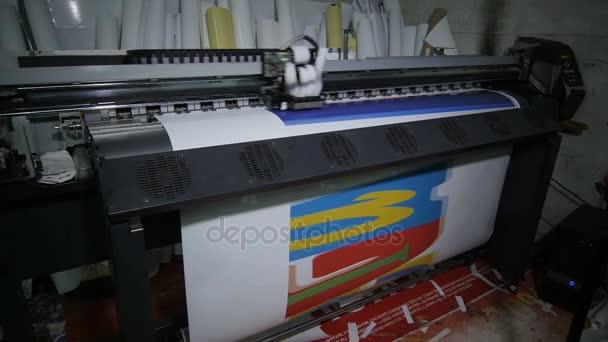 Closeup vysoce výkonné Širokoformátová tiskárna s inkoustem napájecí systém tisk, velkoformátový plakát proti papíru kotoučích