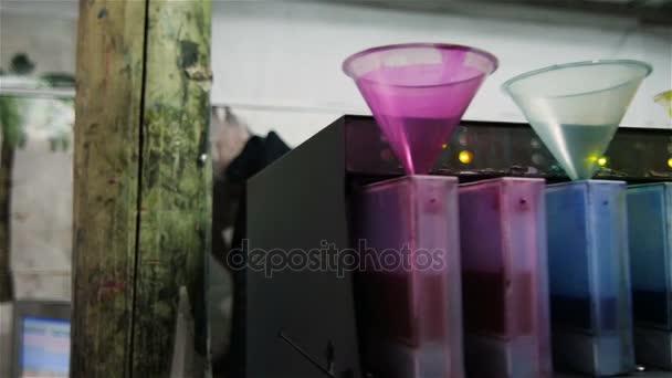 Detailní barevné inkousty v průhledných plastových dózách s kužely pro digitální plakát tiskový stroj