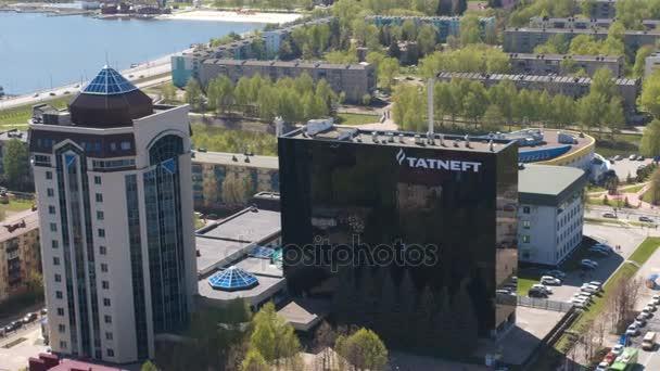 Kazaň, Tatarstán, Rusko - 25. srpna 2017: Nádherný panoramatický výhled na moderní hlavní kancelář s logem Tatněfť poblíž komplex proti panoráma