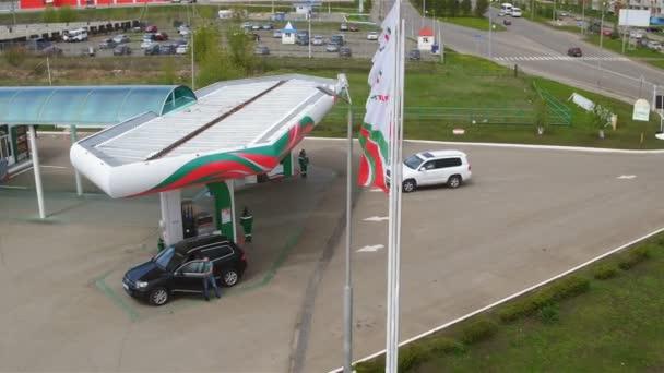 Kazaň, Tatarstán/Rusko - 20 srpna 2017: Horní zobrazit moderní kvalitní benzínovou pumpou s Tatněfť logo a auto natankovat na slunečný den