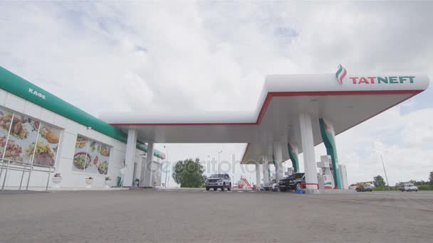 Kazaň, Tatarstán/Rusko - 22 srpna 2017: Moderní off road vozidla s plné ropné nádrže dovolené čerpací stanice území jízdy kolem obchodu na 22. srpna v Kazani