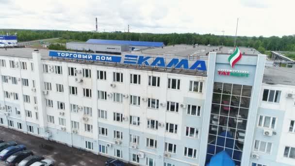 Kazaň, Tatarstán, Rusko - 16. srpna 2017: Letecký pohled na vysoké obchodní společnost budova s logem Kama obklopené zaparkovaných vozidel