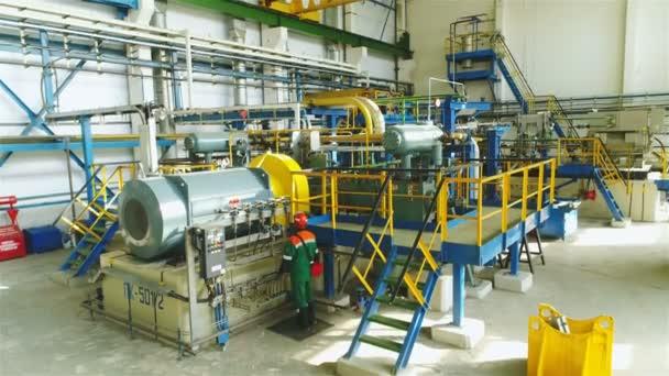 kasan, tatarstan / russland - 22. August 2017: Fachkraft im Outfit steuert Ausrüstungsgegenstände in der Ölverarbeitungswerkstatt in der Erdölfabrik am 22. August in kasan