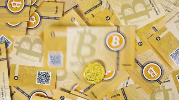 Litecoin a bitcoin model mince padají na hromádku bankovek