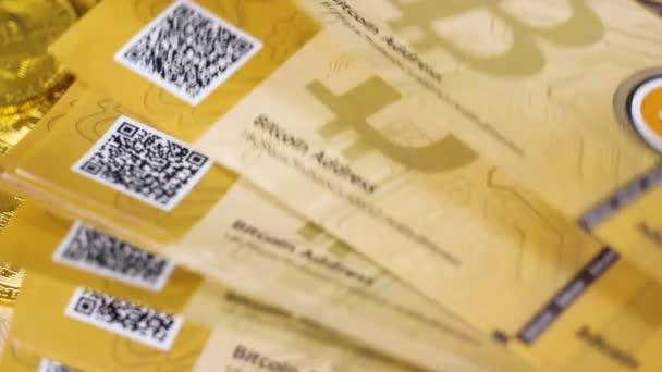 Bitcoin bankovky na hromádku zlatých mincí
