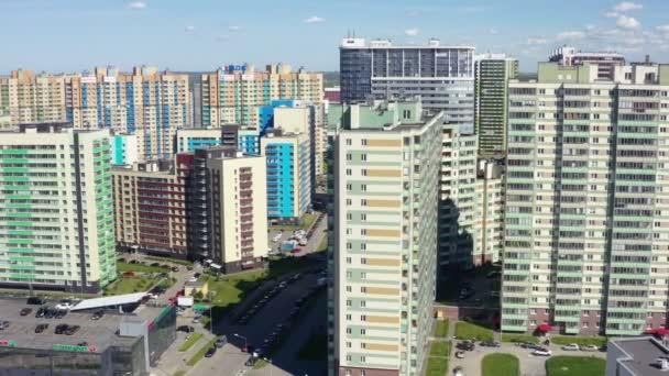 vícestranné domy s barevnými fasádami v obytné čtvrti