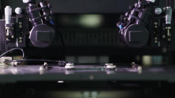 Robotermaschine arbeitet in Werkstatt mit Funkgeräten