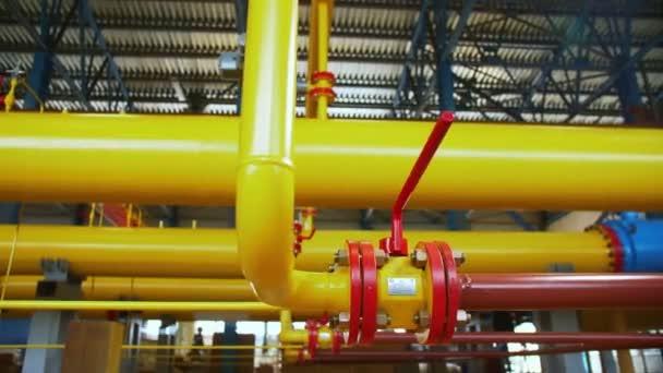 Rohre mit Flanschen an Gaskompressionsstation verbunden