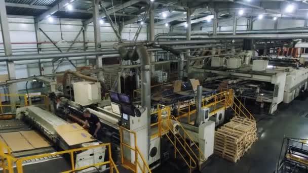 dílna papírenského výrobního závodu s vybavením