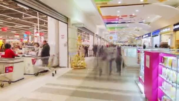 pohyb podél supermarketu se zákazníky v novém nákupním centru