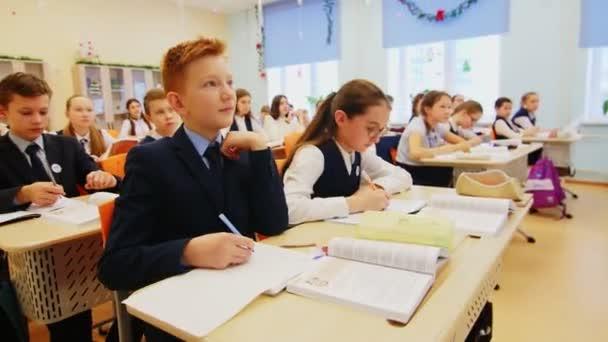 diákok írni másolatokat ül asztalok osztályteremben