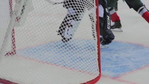 hokejisté útočí brána chráněna brankář na ledové aréně