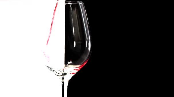 Vörös bor ömlött be a pohár, lassú mozgás