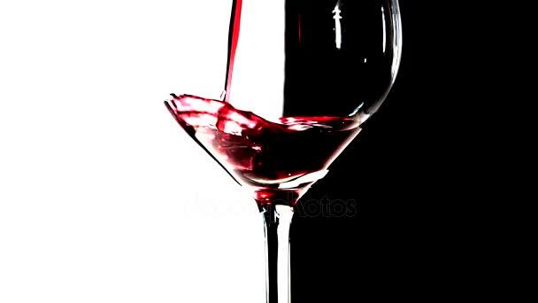 Červené víno, nalil do sklenice, zpomalené