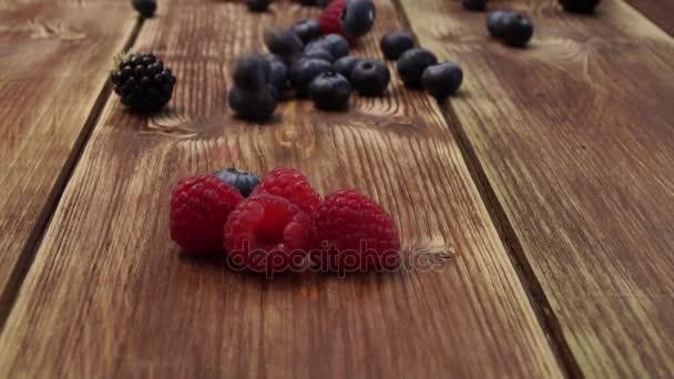 Zdravé směsi ovoce, Borůvka. Čerstvé jahody, ostružiny, maliny, na dřevěný stůl
