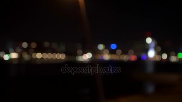 Noční scéna s provozem lodí a automobilů v Rotterdam, Nizozemsko
