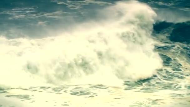 Vlny oceánu, vln tsunami, hurikán. Vodní plochy