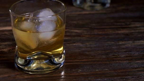 A jégkockák elolvadnak egy pohár malátawhiskyben.