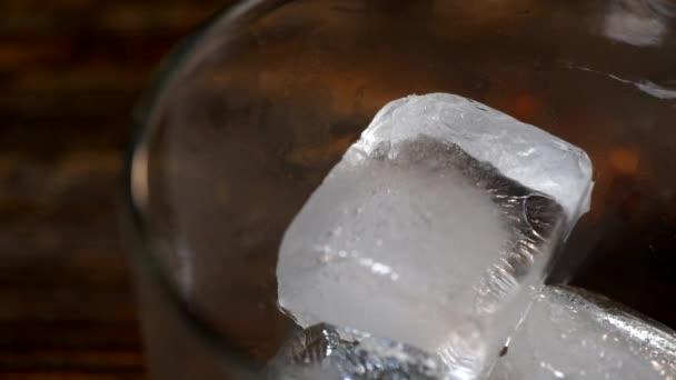 Eiswürfel schmelzen in einem Glas Malt Whiskey