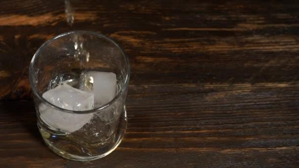 Arany malátawhisky jégkockás pohárba öntve